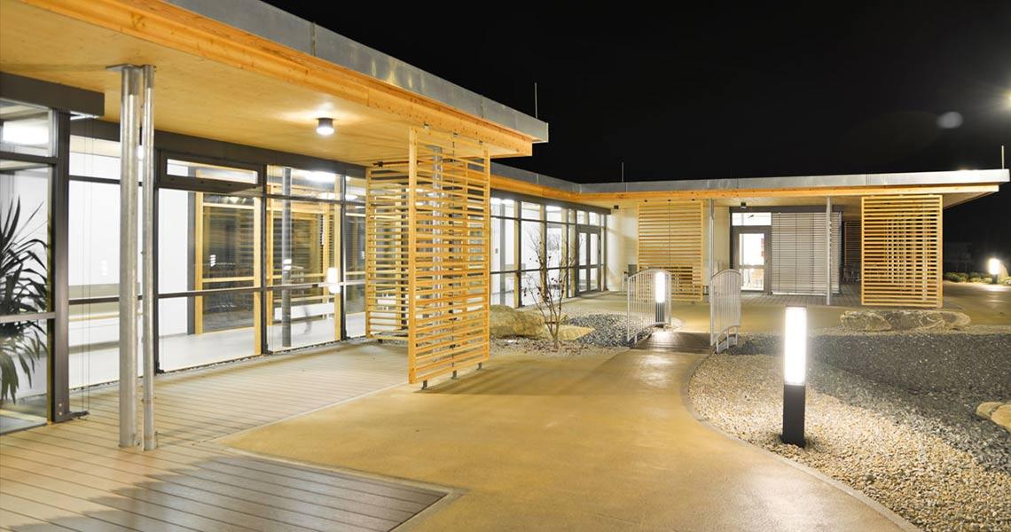 Aussenansicht des Seniorenhauses mit Holzelementen und Glasfronten