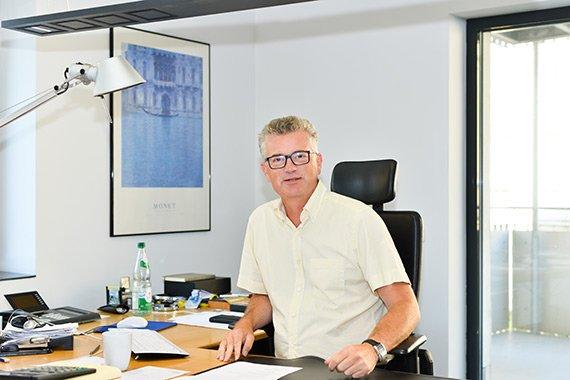 Portraitaufnahme von Dietmar Seiler im Buero
