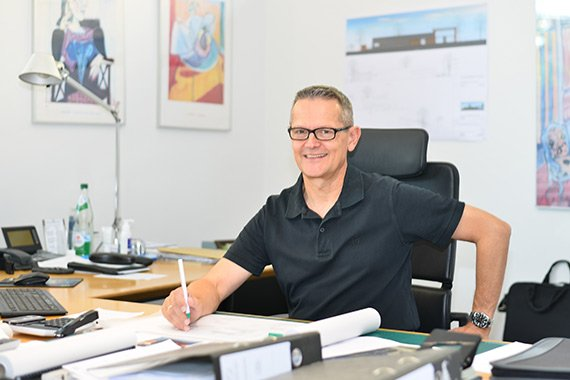 Portraitaufnahme von Ulrich Seiler im Buero